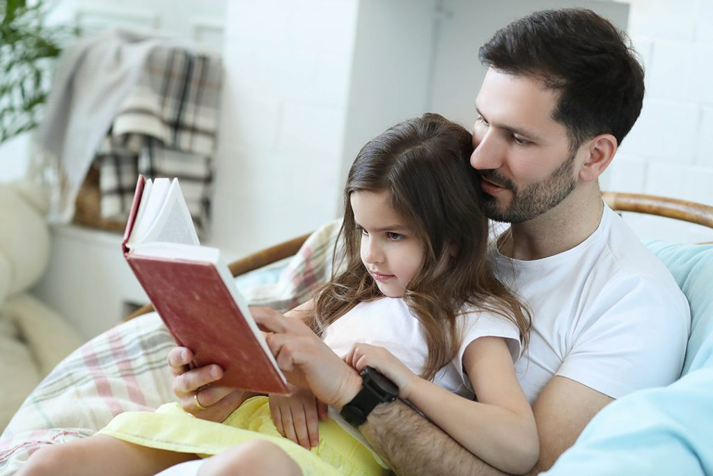 Kobi_Dad-and-daughter-reading-together